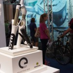 3D加速度センサーで傾きを検知、電子制御で自動ロックアウトするMAGURA eLECT – Eurobike 2013