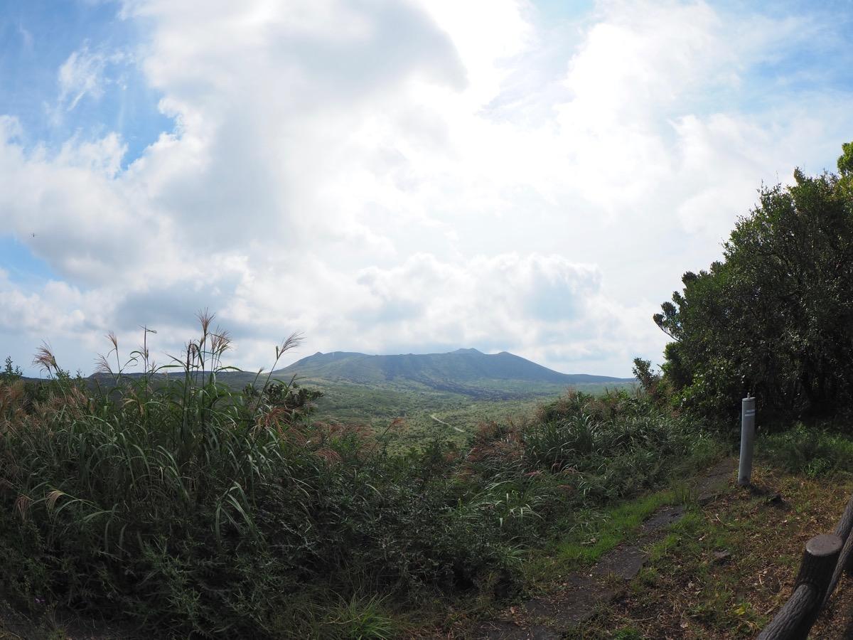 展望広場からの三原山の眺め